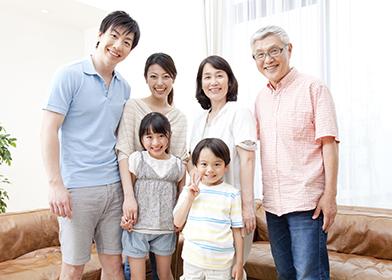 家族全員が笑っている画像