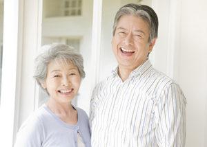 笑っている夫婦の画像