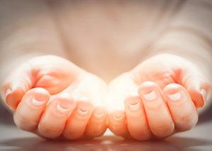 手からエネルギーが流れるイメージ画像