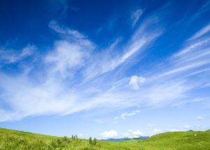 青空と草原の画像